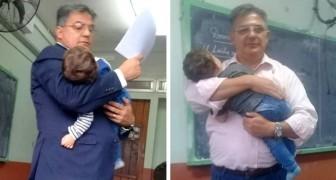 Professore tiene in braccio il figlioletto di una giovane studentessa per permetterle di seguire meglio la lezione