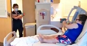 Une infirmière met en scène une fausse bagarre avec des pistolets en plastique pour faire sourire un enfant malade