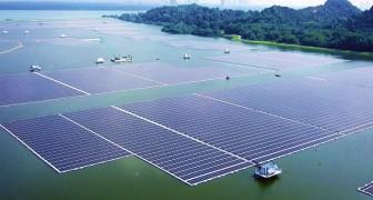 Singapore, apre uno dei parchi solari galleggianti più grandi al mondo: abbatterà le emissioni di CO2