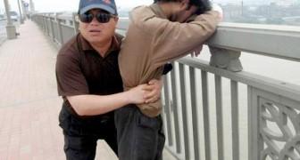Deze man waakt elke dag over dezelfde brug: in 13 jaar tijd heeft hij meer dan 300 mensen gered die eraf wilden springen