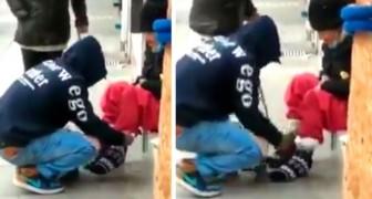 Una ragazzo regala un paio di calze ad un'anziana senzatetto e le dà dei soldi: il video è emozionante