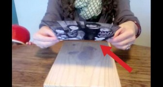 Elle colle une photo sur une table en bois. Ce qu'il en ressort est magnifique!