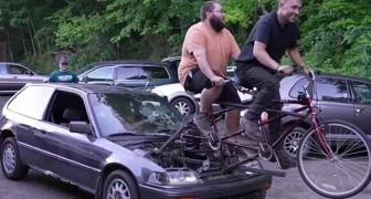 Trois jeunes mécaniciens transforment une voiture en une auto alimentée par un tandem