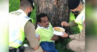 Agentes de policía se detienen para darle de comer a un indigente: el trabajo de policía es también esto