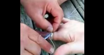 Er wickelt Zahnseide um den Finger. Wenige Sekunden später...Voilà!