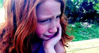 Ze gaat naar het schoolbal gekleed in een jasje en vlinderdas: de ouders van haar klasgenoten lachen haar uit