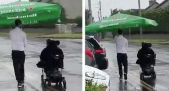 Ein Barkeeper spannt einen Regenschirm von der Bar ab, um einen Kunden im Regen nach Hause zu begleiten