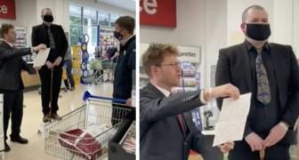 Un employé de supermarché démissionne solennellement en lisant sa lettre au milieu du magasin