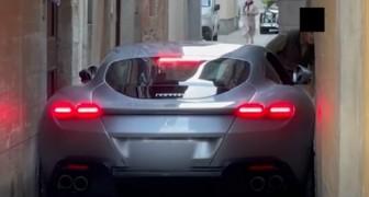 Una Ferrari da 200.000 euro rimane incastrata in un vicolo: il proprietario ha fatto male i calcoli