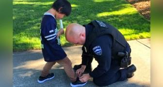 Deux policiers repèrent un enfant aux pieds nus et aux chaussettes déchirées : peu après, ils lui offrent des chaussures neuves