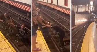 Um passageiro pula nos trilhos do trem para resgatar um homem em uma cadeira de rodas que tinha caído da plataforma