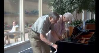 Nella sala d'attesa di una clinica, una coppia di anziani regala a tutti un momento UNICO