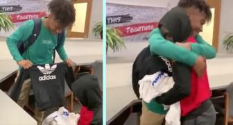 Hij geeft drie zakken vol kleren aan de gepeste klasgenoot: hij had geen geld om nieuwe kleren te kopen