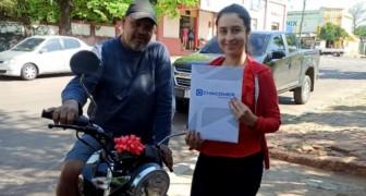 Uma garota se forma e dá uma motocicleta para seu pai adotivo que trabalhou como sapateiro para pagar seus estudos