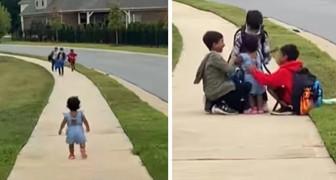 Une petite fille court embrasser ses frères aînés en rentrant de l'école : elle n'était pas habituée à ne pas les voir pendant si longtemps