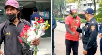 Papà regala un mazzo di fiori ai poliziotti che anni prima avevano ritrovato la figlia smarrita: un gesto emozionante