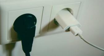 Es kann gefährlich sein, das Ladegerät eingesteckt zu lassen: einige der häufigsten Risiken