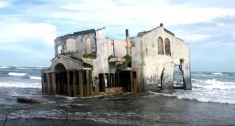 Er werd gedacht dat het een hotel was, vandaag is het een spookachtige villa dat wegzakt in een Pacifisch strand