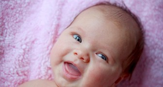 Bimba di 3 mesi con disturbo dell'udito ascolta per la prima volta la voce della madre: la reazione è emozionante