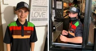 Un père fier félicite son fils de 14 ans pour son dévouement à travailler toute la journée dans un fast-food : les critiques pleuvent