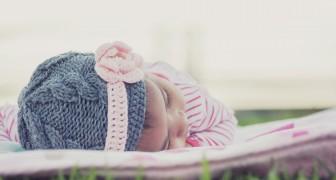 Une femme n'achète que des vêtements de couleur neutre pour sa fille mais sa belle-mère décide de l'habiller en rose