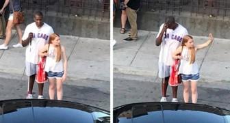 Elle s'arrête pour aider un homme non-voyant à réserver un taxi : elle ne sait pas que son geste a été filmé