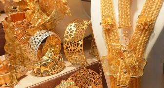 Bruden har på sig 60 kg guld på sitt bröllop: mannen måste hjälpa henne att röra på sig