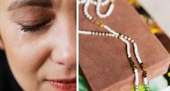 Verzweifelte Mutter versucht, ein Familienerbstück zu verkaufen, aber der Juwelier lehnt ab und hilft ihr, indem er ihr Geld gibt
