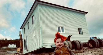 Si innamorano di una casa in demolizione e decidono di trasportarla sull'acqua per andare a viverci (+VIDEO)