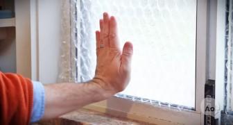 Mette della plastica da imballaggio sulle finestre: il suo trucco vi farà risparmiare molto!