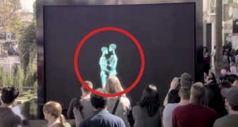 2 Personas se besan detrás de una pantalla: cuando se muestran, el publico se queda sin palabras