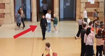 Un ragazzo si posiziona al centro della stazione e dà inizio a una magnifica sorpresa