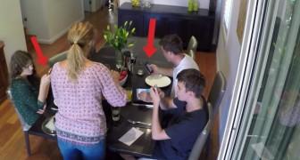 De kinderen gebruiken hun mobiele telefoons aan tafel, maar ze heeft een truc die alle ouders zullen onthouden!