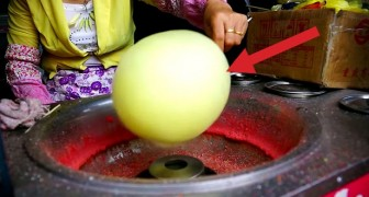 She start by creating a ball of cotton candy: the end result is amazing