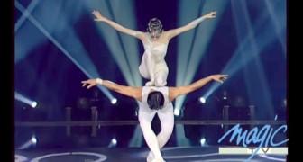 Lei si arrampica sulle sue spalle: ciò che fanno poco dopo fa sognare il pubblico