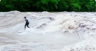 Surfisti sul fiume in piena
