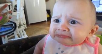Maman et papa lui fait goûter de l'avocat: la réaction de bébé est trop drôle!