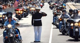 Ogni anno, questo militare rimane 3 ore in piedi sull'asfalto: il motivo vi emozionerà