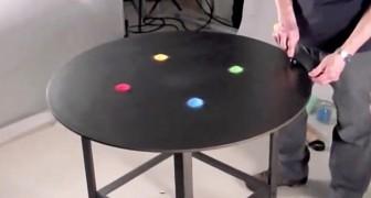 Il met du sable coloré sur la table: ce qu'il fait peu après semble magique!