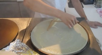Here's how they prepare crepes in Japan: after a few minutes your mouth will be watering!