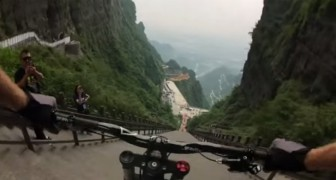 He's ready to go down 999 steps with his bike: his descent will make you hold your breath !