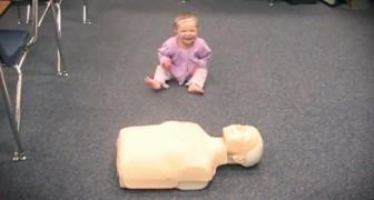 Ils mettent un mannequin devant un bébé: regardez ce qu'elle est capable de faire!
