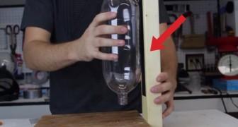 Fixa uma garrafa em um pedaço de madeira: um ótimo truque para não deixar nossos amigos com sede!