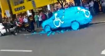 Il gare sa voiture sur une place pour handicapés: sa punition est éclatante!