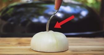 Mezza cipolla e una forchetta: ecco un trucco BRILLANTE per il vostro barbecue