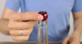 Er legt eine Kirsche auf eine Flasche. Der nächste Schritt? Sofort nachmachen!