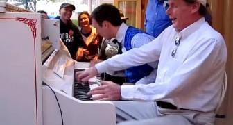 2 uomini suonano il piano in strada... Quando un estraneo si aggiunge, tutti restano a bocca aperta!