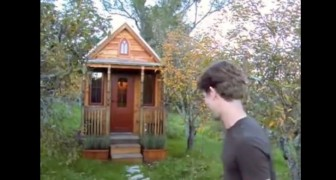 En man visar er sitt hus som är 27 kvadratmeter stort... Titta vad den lyckas innehålla