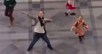 Inizia a ballare da solo in mezzo alla stazione, ma guardate cosa avviene poco dopo intorno a lui!