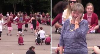 La maestra va in pensione dopo 25 anni: il modo in cui gli alunni la salutano è indimenticabile